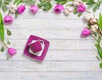 平的位置开花框架和陶瓷 库存照片