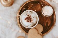 平的位置早晨女性构成 与咖啡的Instagram样式 免版税图库摄影