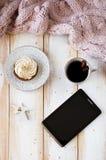 平的位置杯形蛋糕用咖啡和片剂 免版税库存照片