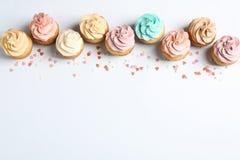 平的位置构成用可口生日杯形蛋糕 免版税图库摄影