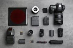 平的位置构成用摄影师` s设备和辅助部件 库存图片