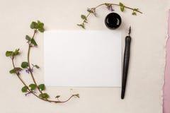 平的位置构成,与行情的工作区追随在书法样式写的您的心在白皮书 艺术家工作地点,我们 免版税库存图片