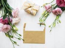 平的位置构成-在信封和一个礼物上写字 库存照片