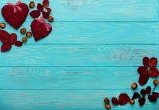 平的位置框架秋天绯红色叶子,核桃和装饰 免版税图库摄影