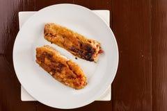 平的位置油煎了在白色p供食的鸡蛋的烤辣椒粉 免版税库存照片