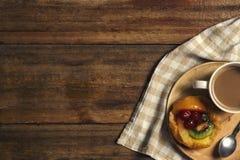 平的位置热的饮料和水果蛋糕 免版税图库摄影