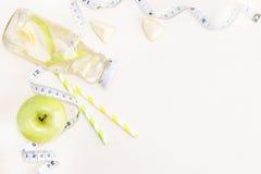 平的位置瓶苹果柠檬戒毒所水用绿色果子和 库存图片