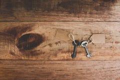 平的位置生锈的老钥匙附有与空白的标记 免版税库存照片