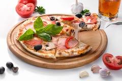 平的位置用在白色隔绝的木板和各种各样的成份的意大利薄饼 库存照片