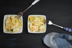 平的位置用自创新鲜的意大利面制色拉食物在碗的有空间的 库存照片