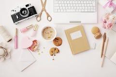 平的位置笔记本和办公室辅助部件 库存图片