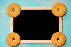 平的位置设计用黄油曲奇饼/饼干和被构筑的黑板在小野鸭绿色土气背景,与空间文本的 库存图片