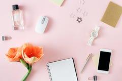平的位置顶视图办公室桌书桌框架智能手机笔记本co 免版税图库摄影