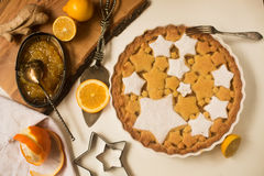 平的位置馅饼用柠檬、桔子和姜果酱装饰用星状曲奇饼 免版税库存照片