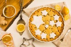 平的位置馅饼用柠檬、桔子和姜果酱装饰用星状曲奇饼 库存图片