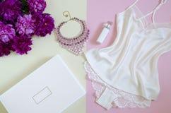 平的位置,杂志,人脉 女性白色鞋带顶视图  r 妇女的时装配件,丝绸,香水 图库摄影
