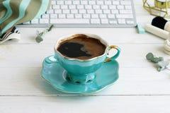平的位置,顶视图办公室女性书桌,女性组成辅助部件,与膝上型计算机,咖啡的工作区 秀丽博克概念 库存图片