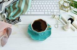 平的位置,顶视图办公室女性书桌,女性组成辅助部件,与膝上型计算机,咖啡的工作区 秀丽博克概念 库存照片
