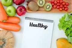 平的位置 在倾吐的餐馆沙拉的主厨概念食物新鲜的厨房油橄榄 五颜六色的果子健康新鲜水果 库存照片