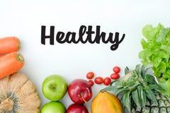 平的位置 在倾吐的餐馆沙拉的主厨概念食物新鲜的厨房油橄榄 五颜六色的果子健康新鲜水果 免版税库存图片