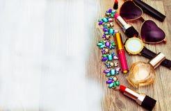 平的位置 在大理石桌上的辅助部件 大模型产品 妇女桌面 圣诞节球、礼物和化妆用品平的位置  免版税库存照片