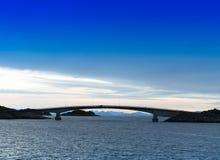 水平的充满活力的挪威brige日落天际海洋风景a 免版税库存照片