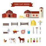 平的农场在村庄 免版税库存图片