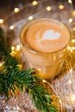 平的加奶咖啡杯子 免版税库存图片