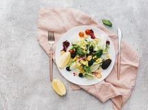 平的在一块板材的位置新鲜的夏天沙拉在白色背景 库存照片