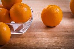 水平的在玻璃正方形的版本橙色果子 免版税库存图片