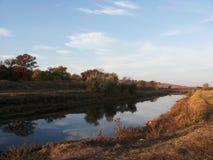 平的地形壮观的风景  原野的秀丽 不尽的草甸 在新鲜空气的步行 清洗在蓝色的自然 免版税库存照片