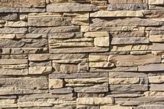 平的岩石分层堆积形成坚实墙壁 免版税库存图片