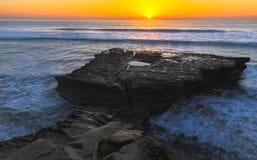 平的岩石和太平洋日落Torrey Pine国家海滩圣地亚哥加利福尼亚 免版税库存照片