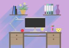 平的工作地点的设计内部概念有计算机的,膝上型计算机,灯,做名单、架子、书和咖啡  免版税库存图片