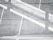 水平的有反射表面上的阳光的图象空白脏的光滑的光秃的混凝土墙 空的抽象背景 免版税库存图片