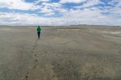 平的沙子的妇女 免版税库存图片
