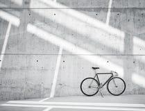 水平的照片空白脏的光滑的光秃的混凝土墙在有经典自行车的现代顶楼演播室 软阳光反射 库存照片