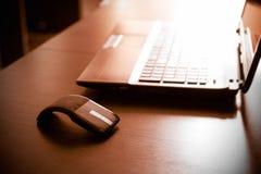 平的现代老鼠和膝上型计算机 免版税库存照片