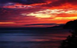 水平的生动的红色橙色充满活力的日落海洋天际行动 库存照片