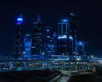 水平的生动的蓝色夜莫斯科市商业中心backgrou 免版税图库摄影