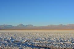 平的盐和拉古纳Tebinquiche在阿塔卡马沙漠,智利 免版税库存照片
