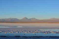 平的盐和拉古纳Tebinquiche在阿塔卡马沙漠,智利 免版税图库摄影