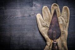 水平的看法葡萄酒用工具加工在手套的油灰spattle 库存图片
