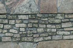 平的石砖和岩石块,墙壁纹理 免版税库存图片