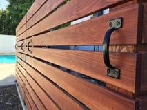水平的红木水池设备盖子可移动的篱芭 免版税库存图片