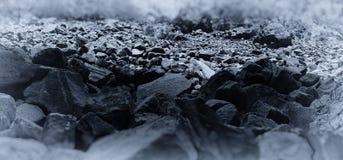 水平的蓝色乌贼属岩石向bokeh小插图扔石头 免版税库存照片