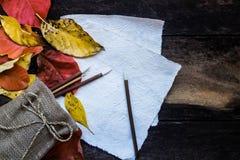 平的被放置的叶子和纸 免版税库存图片