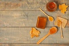 平的被放置的构成用在木背景的蜂蜜 免版税库存图片