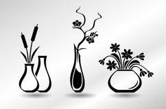 平的象花瓶的汇集有花的:兰花, snowdrops,纸莎草 免版税库存图片