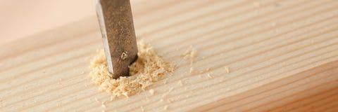 平的钻头做在木酒吧的孔 免版税库存图片